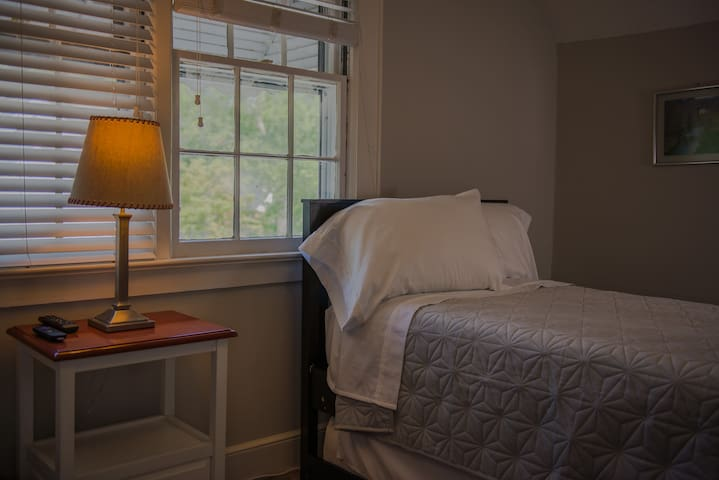 Roomy Upstairs Suite in the Heart of Shandon