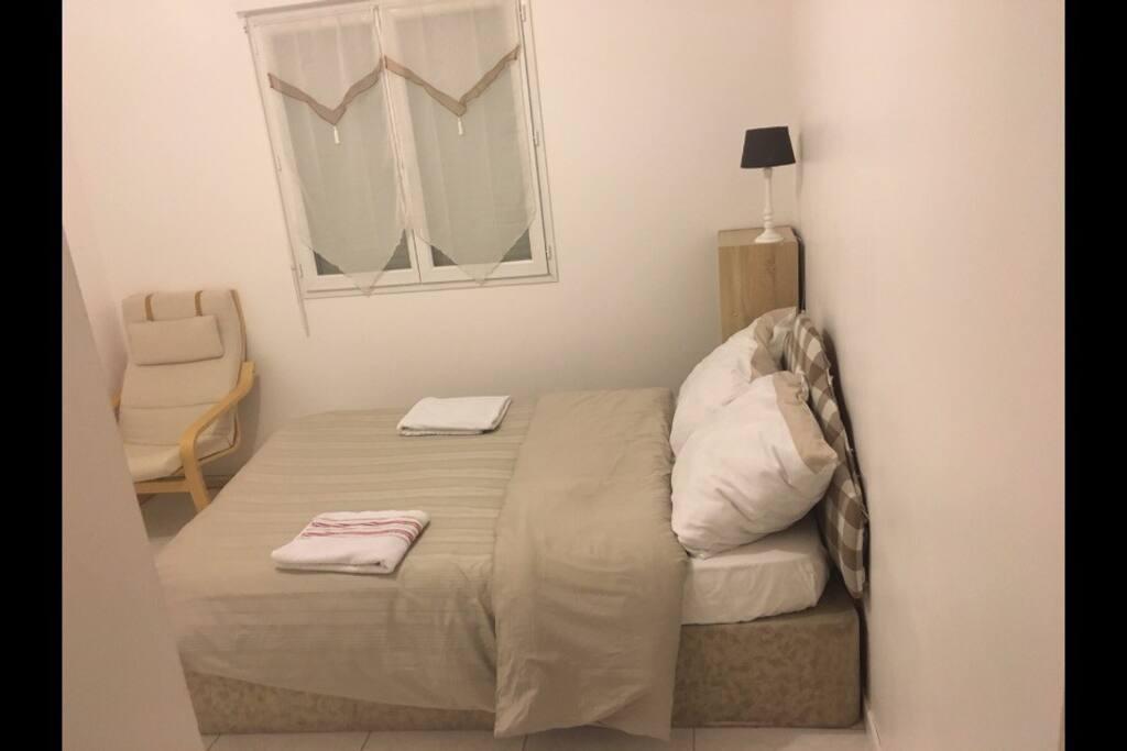 Chambre très lumineuse avec un lit de 2 places