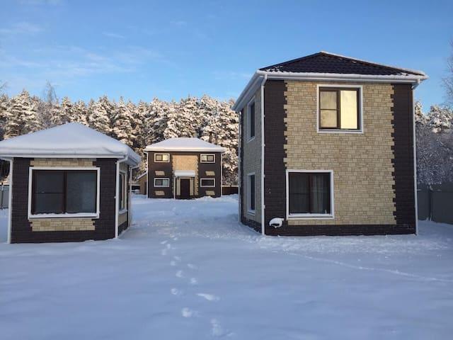 Новый коттедж с баней в Приозерске на 10 человек - Priozersk - House