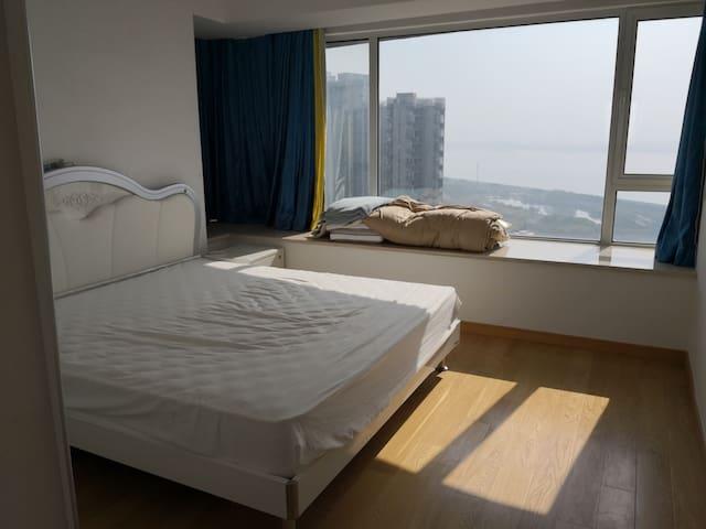 这个是要住的房子,大大的落地窗,窗外就是一线钱塘江江景(风景超级宽阔)。还可以坐大飘窗上玩玩手机晒晒太阳(惬意哦,现在上面放的是床褥,放飘窗上晒晒太阳的,哈哈)。棕榈乳胶双面床垫(完全自住标准,超舒服的),而且是全新。