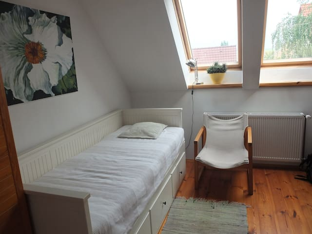 Bright room in family house close to Prague - Libovice - Huis