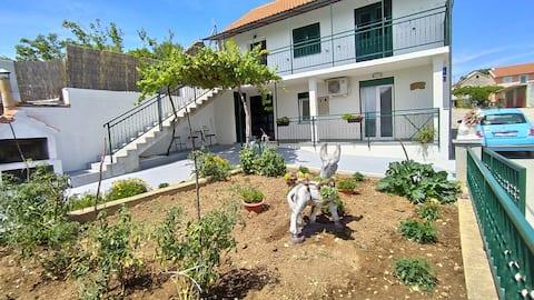 Casa encantadora com terraço e estacionamento