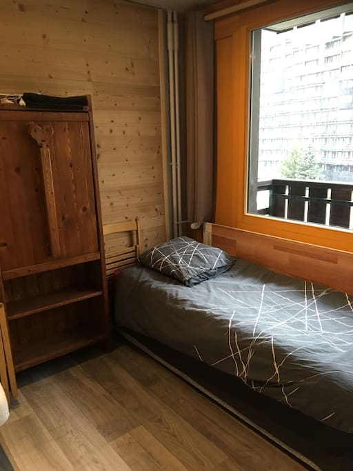 Deuxième lit et table repliée