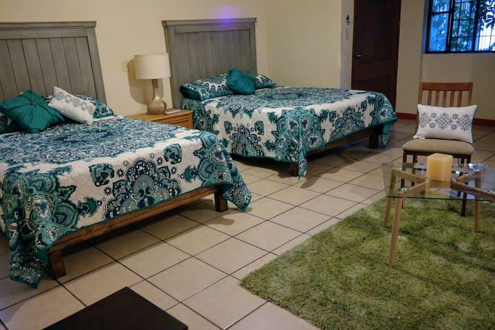 Habitación #1 Amplia recamara para 4 personas con televisión de pantalla plana, calentador, ventilador, escritorio, vestidor y baño privado.