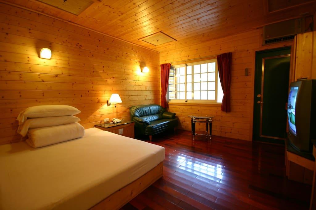 此為一張標準床的房型,房內皆為原木裝潢。(非每間房間皆提供沙發組,若需指定請告知)