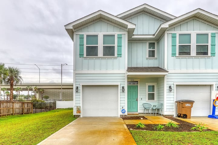 Gorgeous townhome with shared pool & private gas grill!