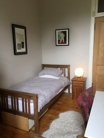 Quiet cosy room in west end with small double bed