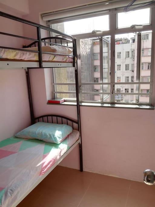 獨立的房子,整潔,清靜,有空調和两張獨立的單人床,分上下格。