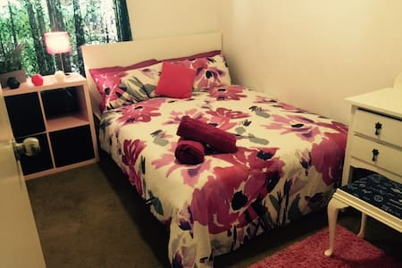 Fully furnished double guest room - Craigie