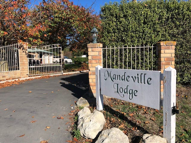 Welcome to Mandeville Lodge in the countryside,  30 minutes drive from the City Centre and 20 minutes drive from Christchurch airport. We're situated in a quiet street close to Inland Scenic Route 72, perfect for travelling north, south and west!