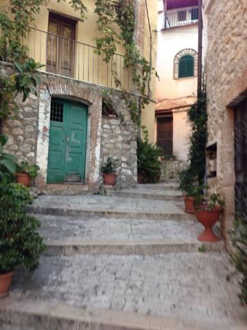 Antico Palazzetto Medievale con terrazzo - Formia