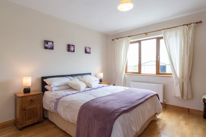 Spacious double bedroom - Spiddal