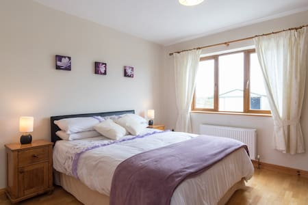 Spacious double bedroom - Spiddal - Rumah