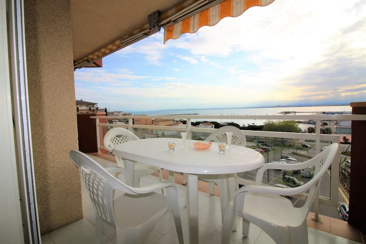 FANTASTIC SITUACION IN FRONT OF THE FISHING PORT AND WITH A VIEW OF THE BAY. BIG TERRACE. AIR CONDITIONING.