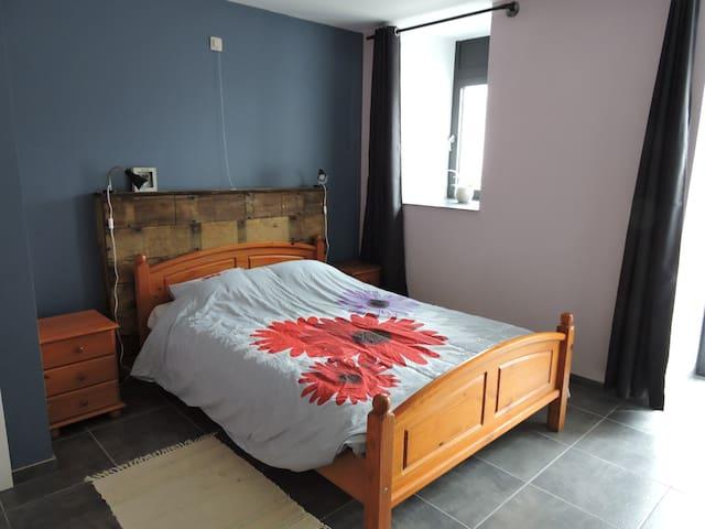 La première chambre avec grand lit double et sa douche privée