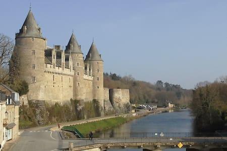 studio vue sur le château et canal - Josselin