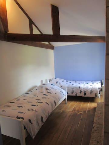 Chambre 1 :  composée de deux lits 1 personne