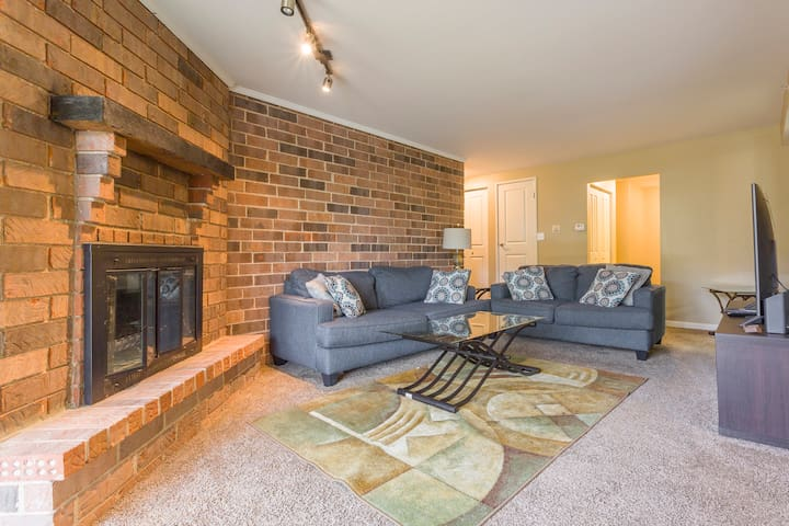 Luxury modern home in Palatine w tons of amenities
