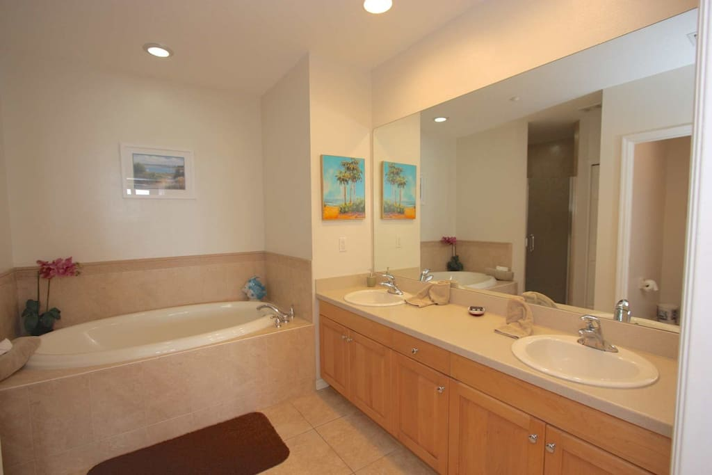 Luxurious Private Master Bathroom with Dual Vanities/Jet Soaking Tub/Walk-In Shower