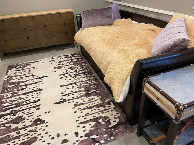 2nd bedroom/nook with foldout trundle bed