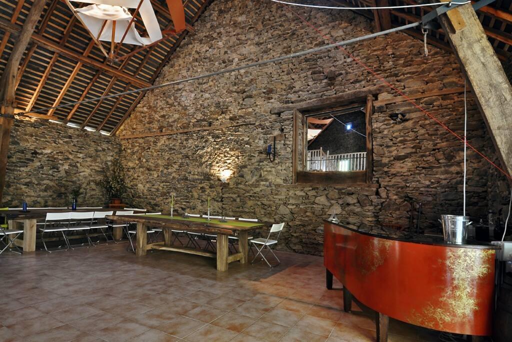 La grange, espace commun avec frigo et cuisinière à bois