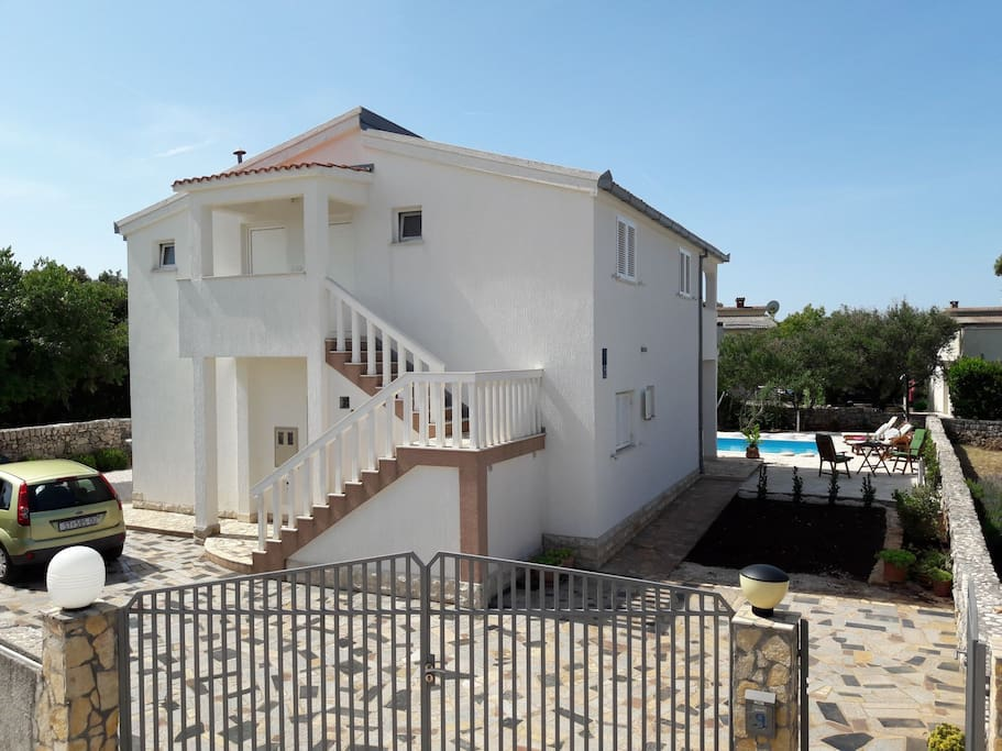 House with sea salt electrolysis pool and hydromassage 8×4/1.5m,3 flats,parking(4 cars)