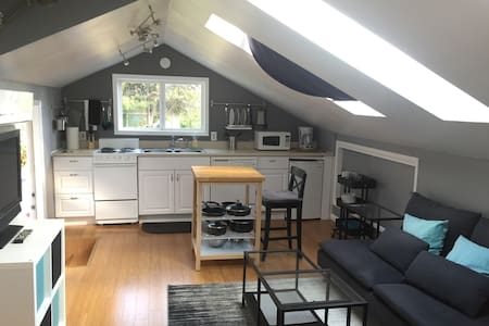 Private hilltop studio in excellent location! - Lake Oswego