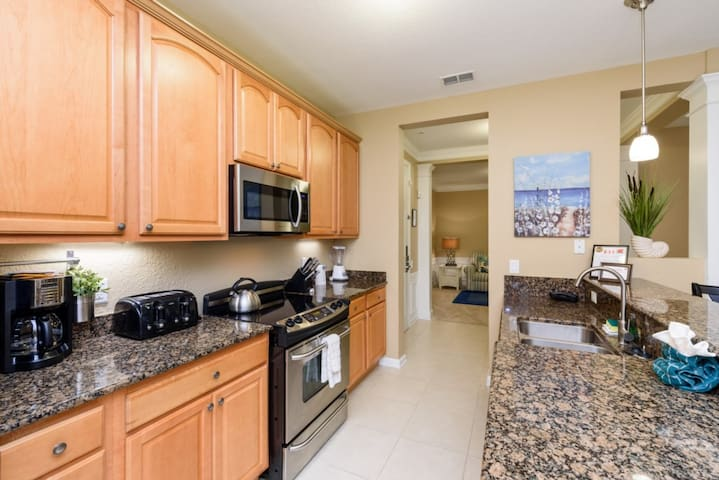 Luxury on a budget - Vista Cay Resort - Feature Packed Cozy 2 Beds 2 Baths  Pool Villa - 7 Miles To Disney