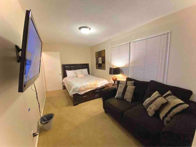 Spacious private room w/queen bed minutes from RTP