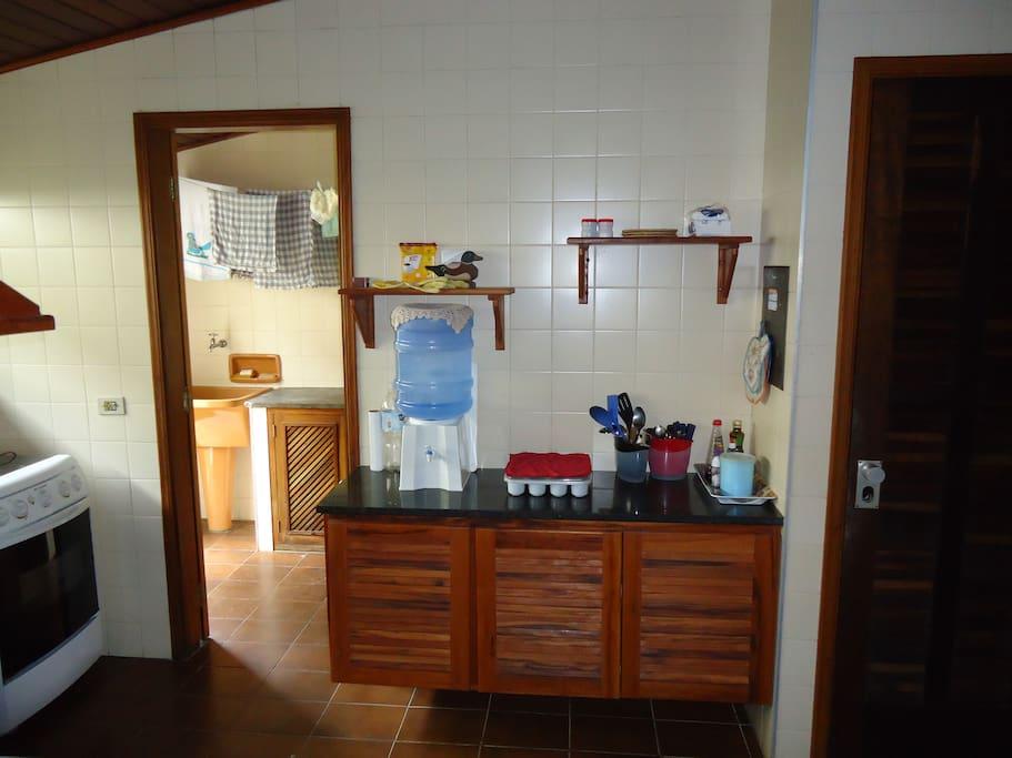 Cozinha com todos os equipamentos e utensílios.