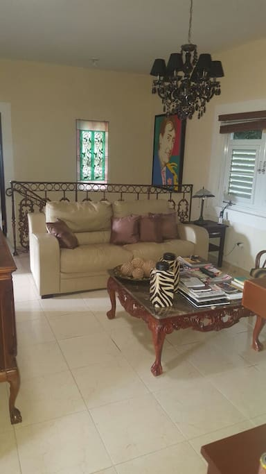 Cuarto de la televisión con asientos reclinables. The TV room with seating is reclining.