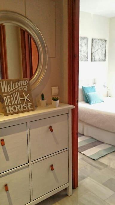 Entrada y luminoso dormitorio