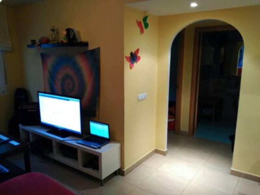 Pasillo habitaciones. A la izquierda TV, Marshall y consola.