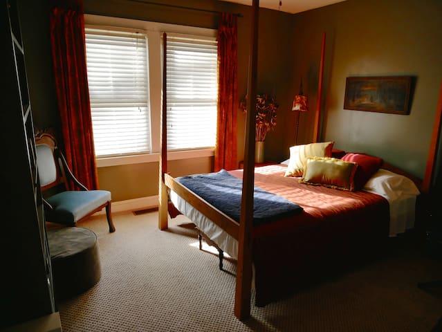 Front Bedroom - Queen