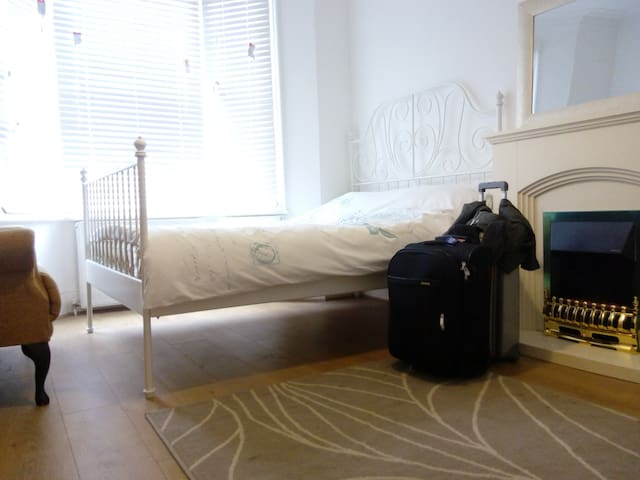 Large Room/Family with 2kids,Rlx Check-in - ลอนดอน - บ้าน