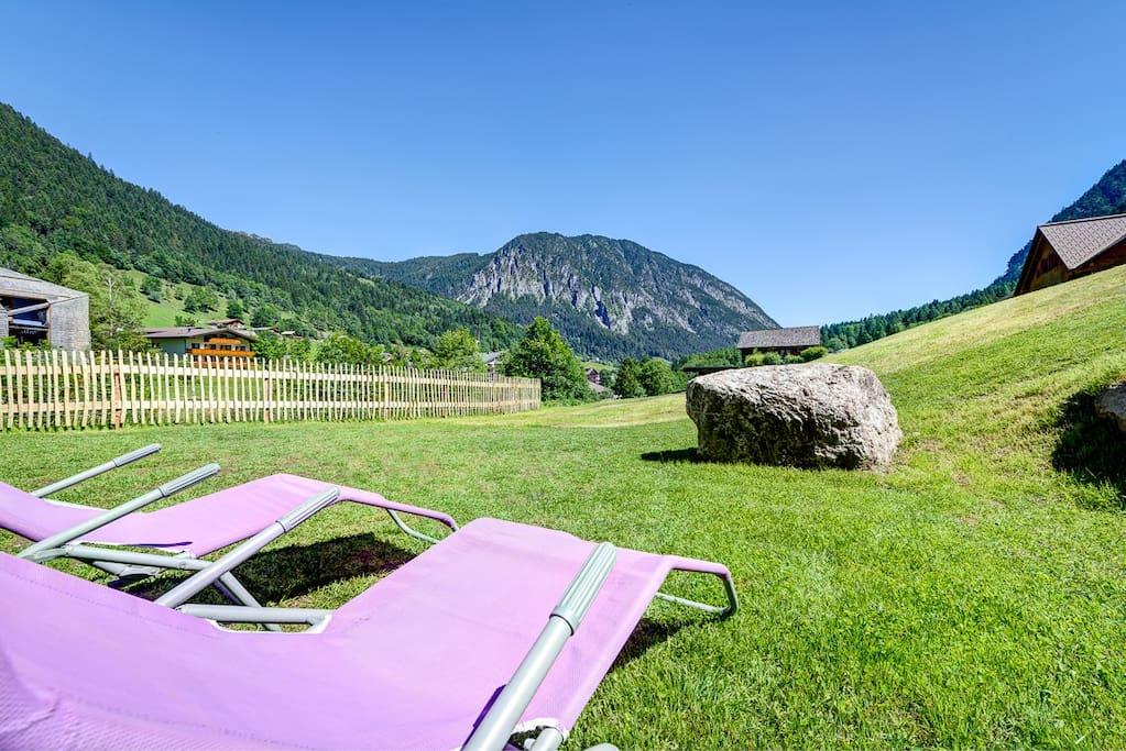 Garten der Motta Lodge mit Blick auf das Dorfzentrum