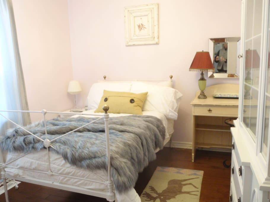 Comfy room - all vintage and antique furniture and accessories. Suitable for one person only