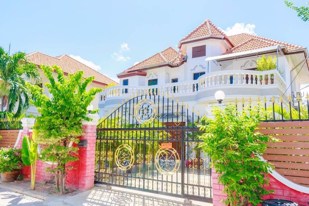 Luxurious villa with 6 bedrooms, 6 bathroom, a swimming pool and a snooker.