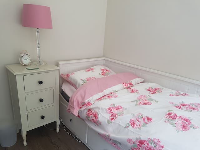 Bright comfy single room in trendy Muswell Hill
