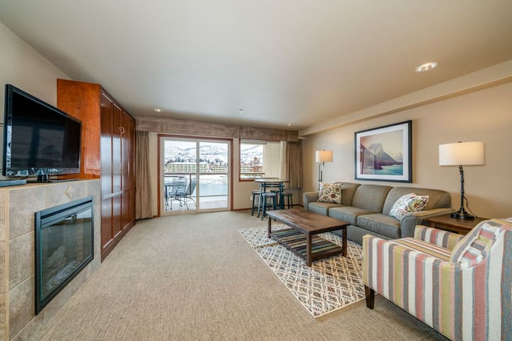 Grandview River View 637! Luxury Waterfront condo, sleeps up to 6!