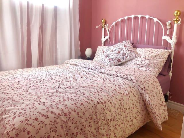 Chambre à coucher 1 avec lit double. Bedroom 1 with double bed.