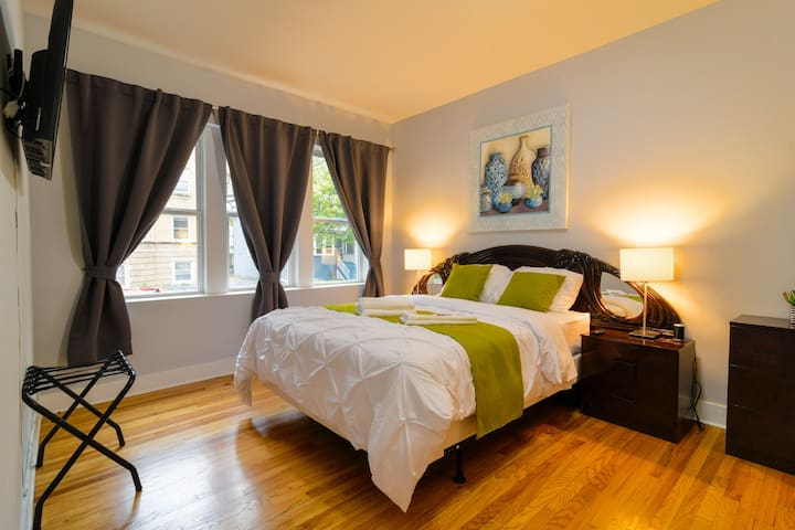DAILY SANITIZED Huge Bedroom/Mins to Downtown