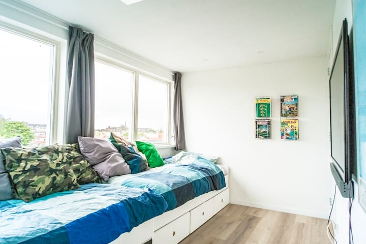Second (kids) bedroom with 56inch TV