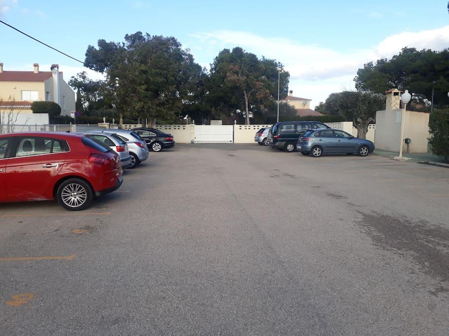plaza de aparcamiento privada con puerta electromecánica