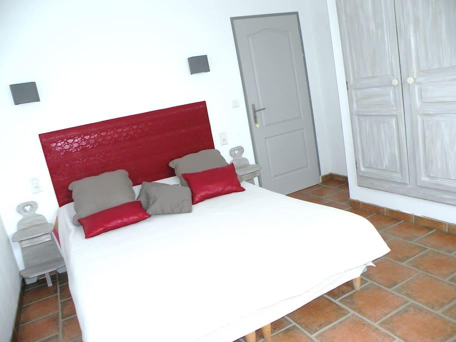 Chambre avec lit douillet en 160