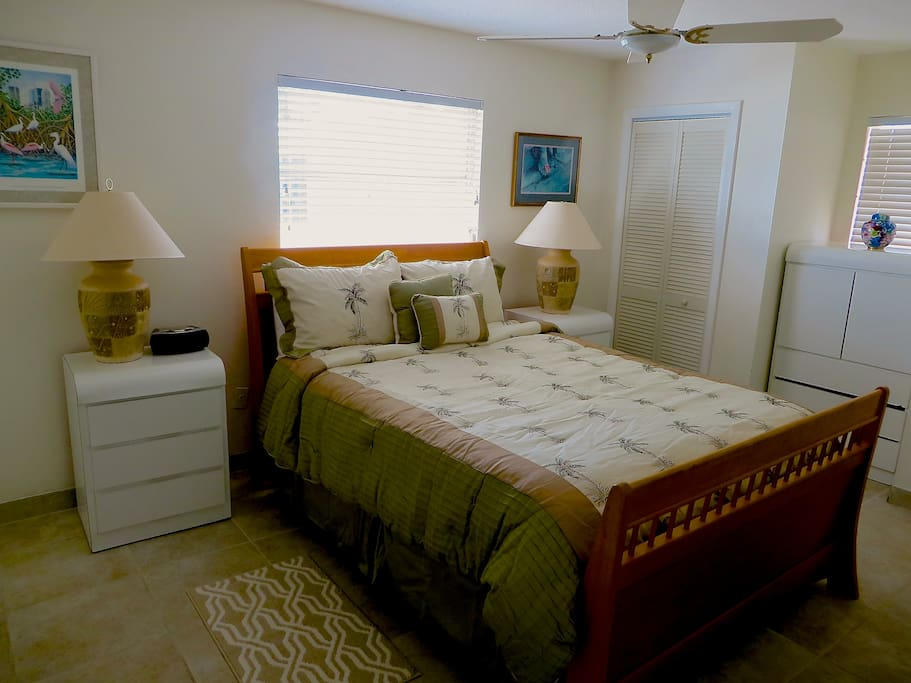Master Bedroom -Queen Bed