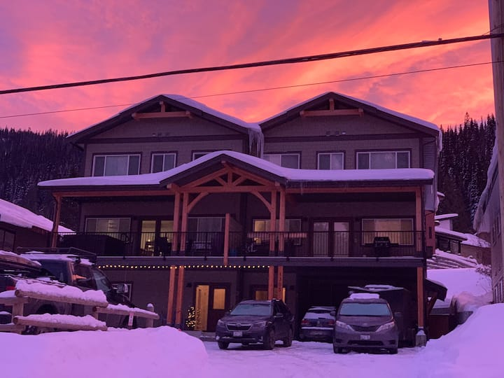 """""""Ski in"""" 3 BR with private Hot Tub & Mountain View"""