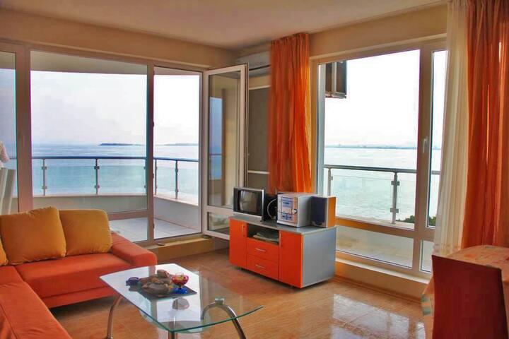 Апартамент в комплекс на първа линия със свой плаж