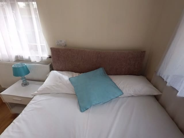 Jaylets Budget Single Bedroom with Shared Kitchen, Bathroom & Parking