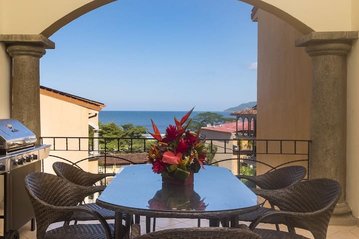 Ocean View 3 BR penthouse condo, steps from Tamarindo Beach! (SR20)